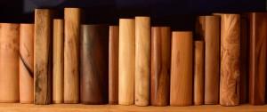 Holzbücher im Regal, Anschnitt