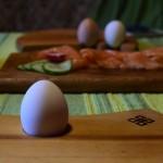 Bretter Schalen und Eierbecher beim Frühstück 02