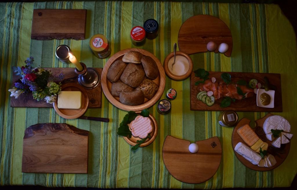 Bretter Schalen und Eierbecher beim Frühstück 04