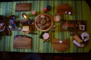 Bretter Schalen und Eierbecher beim Frühstück 05