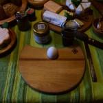 Bretter Schalen und Eierbecher beim Frühstück 10