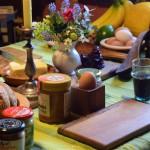 Bretter Schalen und Eierbecher beim Frühstück 18
