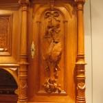 Gründerzeitschrank mit reichen Schnitzereien, Detail an der Front