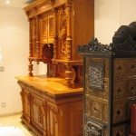 Gründerzeitschrank mit reichen Schnitzereien, restauriert. Front und Seite