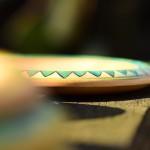 Holzteller grün bemalt Detail