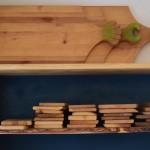 Holzbrettchen und Prunkbretter im Regal