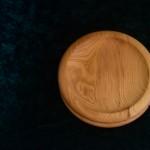 Zwei Holzteller übereinander