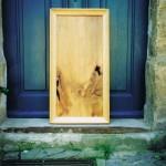 Holzbild, vor Haustür