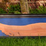 Großes Holzbild Haselnuss mit blauem Hintergrund, schwarz gerahmt
