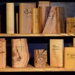 Diverse Holzbücher im Bücherschrank